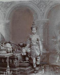 シャム(現在のタイ)の若き王子。金や真珠、ダイヤモンドをちりばめた盛装で、豪華な...