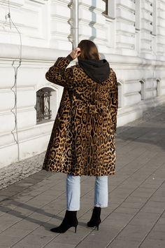 //Classic jeans and a hoodie are one of my favorite daily outfits. I chose the leopard patterned coat and sparkly earrings to break the. Fall Fashion Outfits, Denim Fashion, Winter Fashion, Street Chic, Street Style, Leopard Print Coat, Masculine Style, Coat Patterns, Sporty Chic