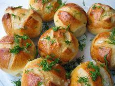 Если вы собираетесь готовить борщ, непременно испеките к нему пампушки с чесноком. Вместе они составят отличный кулинарный ансамбль. Пышные булочки прекрасно подойдут и к другим горячим блюдам. Попробуйте их с куриным супом, кислыми щами или пловом. Домашняя чесночная сдоба вытеснит обычный хлеб с вашего стола. Пекутся
