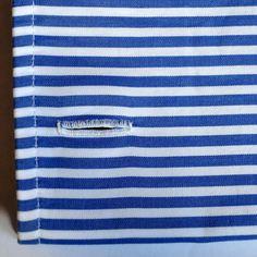 «Poignet mousquetaire, boutonnières brodées à la main sur popeline suisse rayée blanc et bleu  Faites l'expérience d'une chemise sur-mesure traditionnelle…»