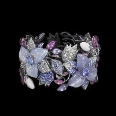 Рене́ Лали́к (René Jules Lalique; 1860-1945) — французский ювелир и стеклянных дел мастер, один из выдающихся представителей ар нуво.