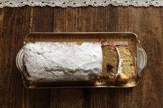 Σας προτείνω ανεπιφύλακτα αυτή τη συνταγή αν θέλετε ένα κέικ στεγνό αλλά τρυφερό με τραγανή επιφάνεια σαν μπισκότο για το πρωϊνό, με τον καφέ ή με το τσάι το απόγευμα, για τον μπουφέ στο κυριακάτικο τραπέζι. Και πανεύκολο Butter Dish, Tray, Sweets, Cookies, Dishes, Baking, Cake, Desserts, Recipes