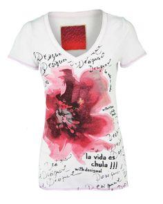 Wit t-shirt van Desigual met print op de voorzijde en een v-hals. Let op: Het merk Desigual valt klein. Wij adviseren een maat groter te bestellen.  http://mijnmodewereld.nl/desigual-32t2404-t-shirt-km-wit-4.html#