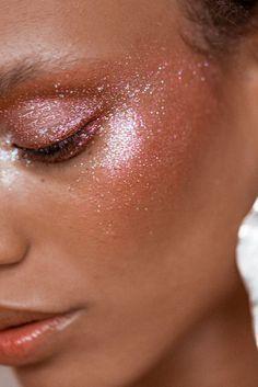 glitter e efeito molhado nas pálpebras, têmporas e bochechas • ideias para o carnaval   Always sparkling