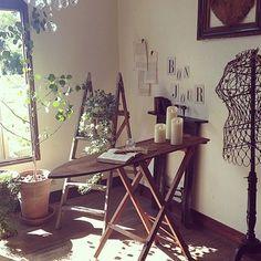 こんな素敵な古いアイロン台もテーブルに早変わり。