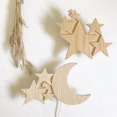 Lampe applique Lune en Bois.Cette petite lampe sera l'objet idéal pour l'histoire du soir, à accrocher au mur, ou déposer simplement sur un meuble.La petite lampe en Bois est fabriq... Lampe Applique, Symbols, Wood, Handmade, Decor, Interior, Baby, Moon, Custard