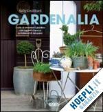"""""""Gardenalia"""" offre spunti e suggerimenti per l'organizzazione degli ambienti aiutando a realizzare sfondi e strutture originali per le piante o aggiungere nuovi spazi per l'intrattenimento attraverso l'impiego di materiali di recupero e oggetti da utilizzare per infondere personalità e stile a un giardino."""