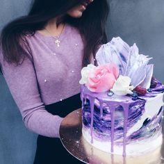 Фиолетовая мечта, внутри малиновый шифон, крем-чиз. Декор - шоколадный. Автор Instagram.com/natalie_home_bakery