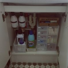 洗面台下は小物収納ボックスで整理整頓! Konmari Method, Clean Up, Spray Bottle, Storage Organization, Bathroom Medicine Cabinet, Cleaning Supplies, Improve Yourself, House Styles, Cleaning Agent