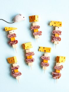 This Thanksgiving, turn appetizer sticks into a party with these DIY cheese wedge toppers! Hors D'oeuvres, Birthday Party Invitations, Birthday Parties, Birthday Wishes, Party Food For Adults, Appetizers For Kids, Party Appetizers, Vegan Party Food, Cheese Party