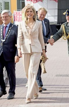 Queen Máxima had opted for a suit from her favourite designer, Natan, which she first wore it in 2006. The Queen paired it with a hat from Fabienne Delvigne.