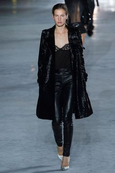 The complete Saint Laurent Spring 2018 Ready-to-Wear fashion show now on Vogue Runway. Fashion Week Paris, Fashion Week 2018, Fashion Spring, Fashion Shoot, Editorial Fashion, Runway Fashion, Urban Dresses, Urban Outfits, Saint Laurent