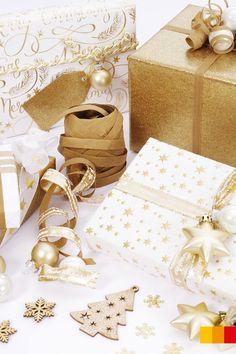 So schön kann Verpacken sein! Päckchen in Gold und Weiss wirken ganz besonders elegant. Kleine Christbaumkugeln verleihen den Geschenken dann noch den letzten Schliff.   #libroat #verpacken #Weihnachtsgeschenke #giftwrapping #wrappingpaper #geschenkeverpacken Advent, Gold, Gift Wrapping, Elegant, Gifts, Wrapping Gifts, Christmas Time, Christmas Presents, Packaging