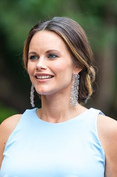 Princess Sofia of Sweden wear her hair into a low chignon and dazzled in a pair of Charlotte Bonde Earrings, opted for a dramatic smoky eye and a slick of deep brown lipstick, attends a gala dinner in the Norrviken Gardens in Bastad Princess Sofia Of Sweden, Princess Mary, Princes Sofia, Royal Hairstyles, Princesa Victoria, Low Chignon, Swedish Royalty, Prince Carl Philip, Royal Jewels