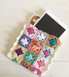 Mini granny square tech case - free pattern @ SugarBeans.org
