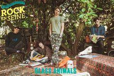 #SAMEDI29AOÛT #RES15 Dave Bayley et ses Glass Animals sont bien décidés à ralentir la course du monde. Sur les traces des cousins Wild Beasts mais d'un pas plus feutré encore, ces animaux d'Oxford impulsent un rythme à la douceur incomparable dans la pop synthétique d'aujourd'hui. Dans la jungle de Rock en Seine 2015, la serre de Glass Animals n'aura aucun mal à trouver sa place.