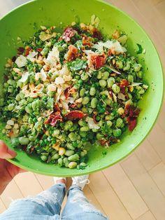 salade met tuinbonen, erwtjes, knapperige pancetta en pecorino is heerlijk en tegelijk gezond eten. De tuinbonen en erwtjes koop ik gewoon in de diepvries.