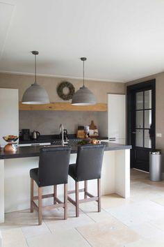 keuken-stoelen + soort bar is leuk. Ik blijf dit leuk vinden om zo aan de keuken te zitten.