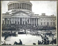 Главный судья Мелвилл В. Фуллер принимает присягу Теодора Рузвельта на восточном крыльце Капитолия США. (Фото из Библиотека Конгресса)