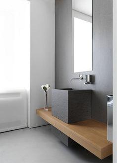 mueble lavabo / sanitarios baño: Encimera de madera con #lavabo apoyo en cemento. #decoración #baño