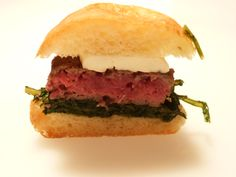 Hamburger di manzo con cicoria e primosale grigliato