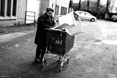Je débute un sujet long dans la région nantaise autour de personnes migrantes et isolées. Plusieurs mois de reportage en vue d'une exposition finale avec le soutien du Secours Catholique. • Portrait d'Aicha / Originaire de Madagascar • Work in Progress © Aurore Vinot