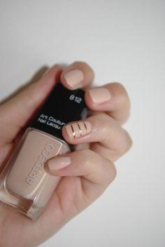 Artdeco Art Couture Nail Lacquer in der Farbe Courute Ivory. Toller Nagellack mit toller Farbe. Hier mit mattem Überlack und goldenen Nail-Stripes. Mehr unter: http://lucciola-test.blogspot.de/2014/08/produkttest-artdeco-art-couture-nail.html