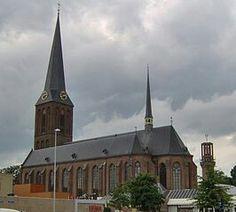 De Sint-Lambertus kerk is een Rooms-Katholieke kerk die gebouwt is in 1889-1890. Hij is ontworpen door Gerrard ter Wiele. De kerk is gebouwt in een neogotische stijl, wat mij erg aanspreekt door het gebruik van verschillende donkere kleuren die toch niet een te donker uiterlijk geven aan de kerk,  ik vind de kleuren precies in balans, en de gouden accenten maken het af!