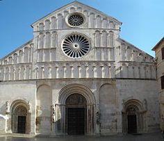 La cattedrale di Sant'Anastasia a Zara. Fondata nel secolo IX, è un pregevole esempio del romanico italiano, di stile pisano-pugliese e in luminosa pietra d'Istria; è la chiesa più monumentale di Zara ed è considerata una delle più belle della Dalmazia.