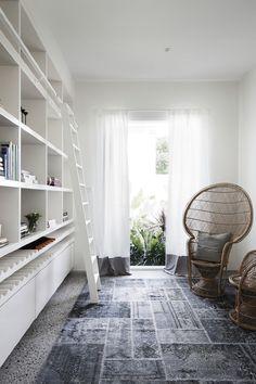 En dag när vi inte har småbarn (eller tonåringar) vill jag ha denna bokhyllan med vinförvaring.