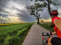 I znów te #kolarstworzepakowe z #burza w tle. Taki ciepły maj to chce każdego roku. . #cycling #roadcycling #roadbike #szosa #strava #proveit #cycling #bikestagram #kolarstwo #gopro #goprohero5black #gp5b #hero5  #pasjadosportu #kreckilometry . #training #skyporn  #cloudporn #green #yellow #rapseed #polska