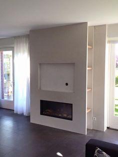 Ontwerp/idee Lifs interieuradvies & styling. Gashaard met tv erboven. Strakke ombouw van stucwerk. Aan de zijkant vakken/nissen met planken in eikenhout. www.lifs.nl Realisatie en foto Haardencentrum Alkmaar