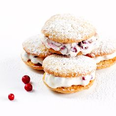 Whoopie pie eli amerikkalainen täytetty leivonnainen. Se on leivoksen ja pikkuleivän välimuoto. Whoopiet on täytetty mascarpone-puolukkatäytteellä.