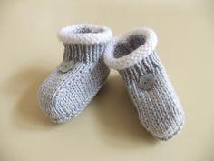 Ravelry: petits chaussons gris pattern by bébé tricote