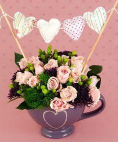 Taza decorativa #arreglofloral #flores #decoración #rosas #mujerconestilo Small Flower Arrangements, Small Flowers, Decor Crafts, Fun Crafts, Flower Shop Decor, Fiesta Decorations, Candy Bouquet, Valentines Day Decorations, Flower Wallpaper