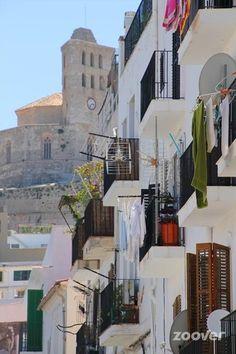 Witte huizen en overal balkons in Dalt Vila, Ibiza stad