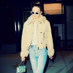 Model Gigi Hadid wore her Sandro Miren Stepped Hem Straight Jeans again, this time with glitter boots and a beige jacket. Get her look here! Gigi Hadid Jeans, Gigi Hadid Outfits, Bella Hadid Style, Style Invierno, Straight Cut Jeans, Taylor Swift Style, Models Off Duty, Business Casual Outfits, Celebrity Look