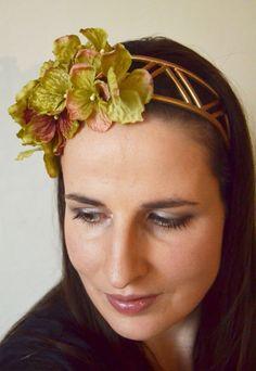 Čelenka se zlatavou Hortenzií Pružná plasová čelenka ozdobená decentními květy Hortenzie nazlátlé barvy. Velmi pohodlná pro nošení.