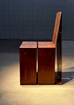 A cadeira Corten, confeccionada em aço corten, mede 50 cm x 43 cm x 84 cm altura.