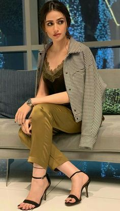Mixing Print👊💚 belt&Jacket Top by: Massimodutti hair and Makeup by: Pakistani Models, Pakistani Actress, Actress Feet, Sexy Dresses, Short Dresses, Salwar Suits Party Wear, Stylish Girl Images, Girl Hijab, College Outfits