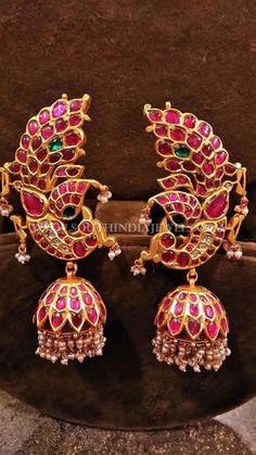 Gold Kemp Peacock Jhumka Designs, Gold Kemp Jhumka Designs for Bharatnatyam Dancers. Jewelry Design Earrings, Gold Earrings Designs, Gold Jewellery Design, Jhumka Designs, Antic Jewellery, Saree Jewellery, Nail Jewelry, Temple Jewellery, Diamond Jewellery