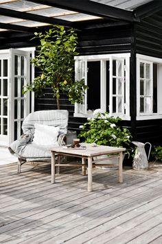 Auringon harmaannuttama terassi, neutraalit sävyt, mökkiterassi, pihaideat / Natural gray wooden deck