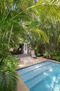 Just steps out of this historic Key West cottage is a relaxing swimming pool surrounded by gorgeous palms for an oasis-like backyard. The deck features dark, glossy wood and comfortable wicker furniture, creating a family-friendly outdoor living space. Children Swimming Pool, Outdoor Swimming Pool, Indoor Pools, Indoor Outdoor, Outdoor Decor, Tropical Backyard, Tropical Houses, Tropical Pool Landscaping, Pool Backyard