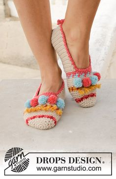 Let's Party / DROPS - Crocheted slippers with multi-colored pattern, fringes and pompoms. Piece is crocheted in DROPS Nepal. Wiggly Crochet, Crochet Men, Knitted Slippers, Slipper Socks, Crochet Slippers, Crochet Gifts, Free Crochet, Crochet Slipper Pattern, Crochet Patterns