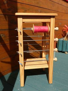 lazy kate/ table Spinning Wheels, Spinning Yarn, Hand Spinning, Weaving Tools, Loom Weaving, Loom Knitting, Knitting Ideas, Gull, House Rooms