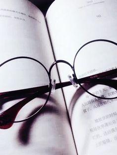 書跟眼鏡框