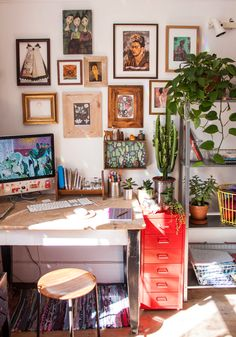 Study home office my desk boho style bohemian wooden wodden design Office/work spaces inspiration for Katharine Dever Guest Room Office, Home Office Decor, Office Ideas, Shabby Chic Decor, Boho Decor, White Wall Bedroom, Bohemian Room, Bohemian Office, Bohemian Interior