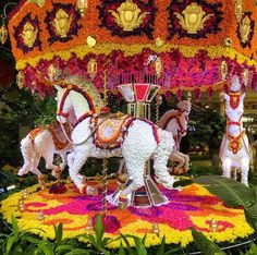 Merry go round Topiary art Topiary Garden, Garden Art, Love Flowers, Beautiful Flowers, Beautiful Live, Amazing Gardens, Beautiful Gardens, Miracle Garden, Grass Flower