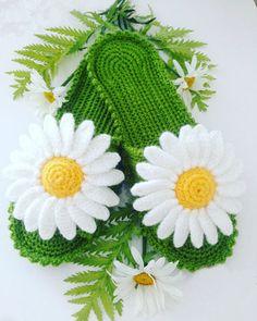 Chinela a crochet Margaritas Crochet Shoes Pattern, Crochet Boots, Crochet Flower Patterns, Love Crochet, Crochet Flowers, Knit Crochet, Crochet Flip Flops, Knitted Slippers, Crochet Videos