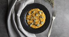 Pumpkin risotto by the Greek chef Akis Petretzikis. An easy recipe for a tasty, creamy risotto with pumpkin, parmesan, and blue cheese on top! Greek Recipes, Raw Food Recipes, Cooking Recipes, Dinner Recipes, Pumpkin Risotto, Pumpkin Puree, Vegan Pasta, Vegan Food, Processed Sugar